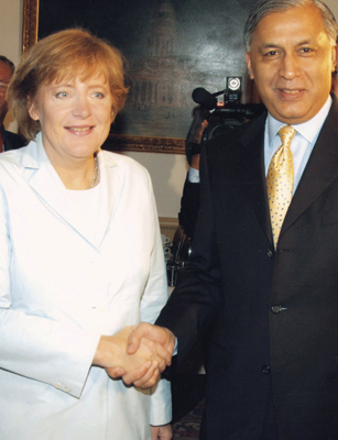 Shaukat Aziz with Chancellor Angela Merkel
