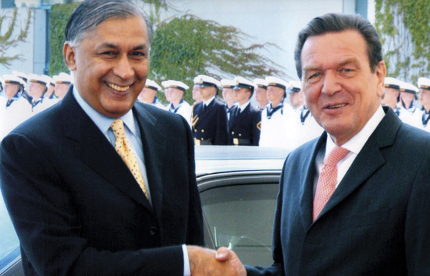 Shaukat Aziz with Gerhard Schröder
